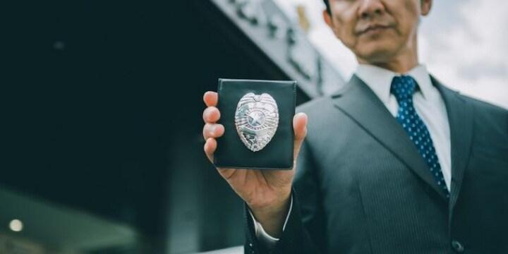 「これは売春だ」 ホテルで偽の「警察手帳」を女性に提示した男性の罪は?