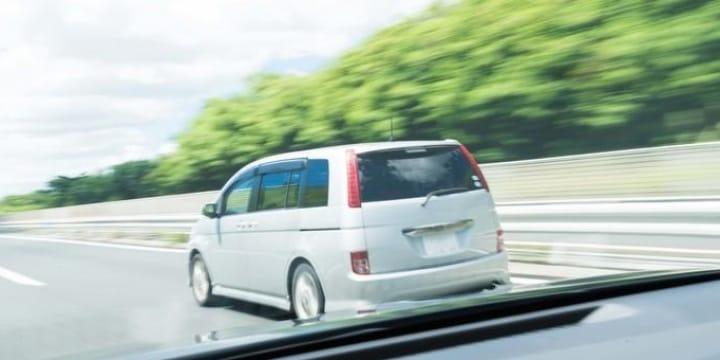 高速道路の追越車線をノロノロ走り続ける車がうっとうしい、ルール違反では?