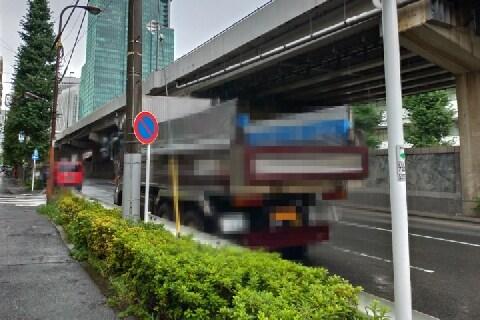 幹線道路の路肩にトラックを停めて、食事や昼寝…道交法違反になる?