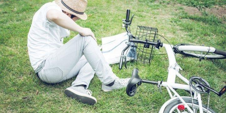 車で自転車をはねてしまった! 「けがはない」と言われたら立ち去ってもいい?