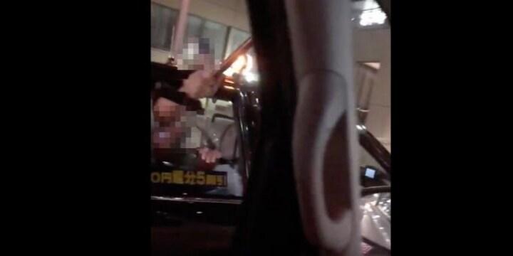 タクシー乗客が「杖」で並走車両をたたく・・・どんな罪に問われるのか?