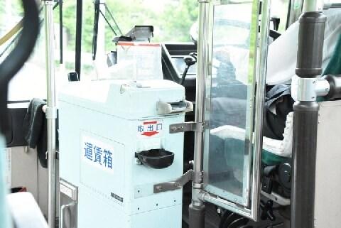 バスの「運賃箱」にメダルや外貨を入れて不正乗車、どんな罪になる?