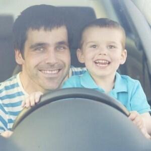ドライバー仰天、ハンドル操作は「膝の上に乗った子ども」 これって良いの?