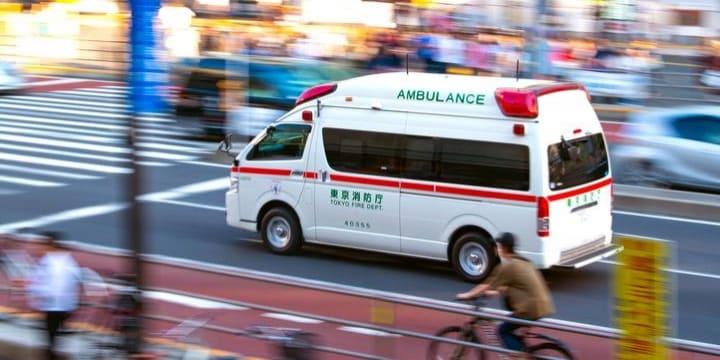 救急車が来ても、どかない! 迷惑車は法的に問題ない?