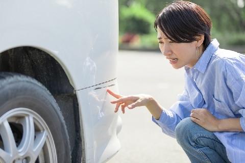 スーパー駐車場「隣の車を擦っちゃった!」相手は不明、どうしたらいい?