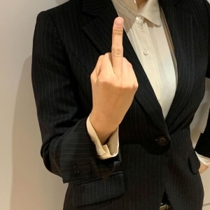 中指を突き立てる「ファックサイン」、侮辱罪に問われる?