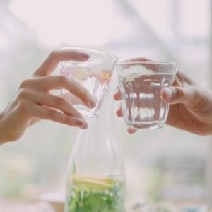 居酒屋で全員「飲み物は水」が話題に 「別に良くね?」「非常識だ」賛否の声