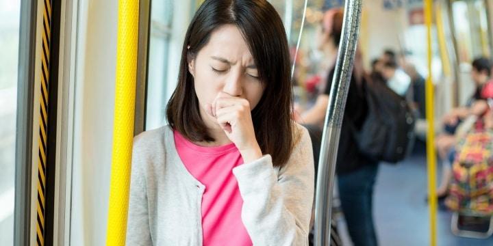 「マスクせずに咳」でトラブル増加、電車から無理やり降ろしたらどうなる?