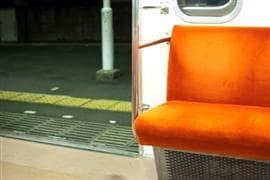 電車で悪ふざけ「全裸」に・・・車内に仲間しかいなくても「公然わいせつ」になる?