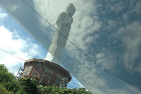 淡路島のランドマーク「大観音像」が激しく荒廃…民法に基づいて「国庫帰属」、解体へ