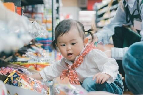 スーパーで食料品を「ベタベタ触る」子どもに疑問の声…親は商品を買い取らないとダメ?