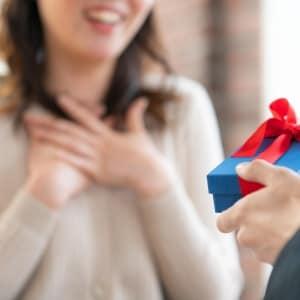「プレゼント返して」「100万だまし取られた」通報した男性、一転して逮捕…なぜ?
