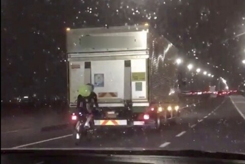 命知らずな自転車、トラック真後ろで「風よけ走行」 急ブレーキで事故、どっちが悪い?