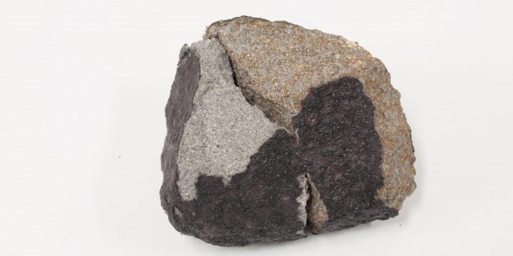 火球の一部「習志野隕石」は誰のもの? 千葉のマンションで発見、億で取引事例も