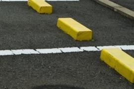 自分の「駐車スペース」に知らない車・・・「迷惑車両」を動かすにはどうすればいい?