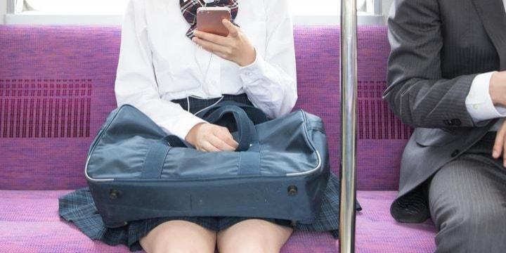 電車で「足広げるな」 女子高生の膝を押した疑いの男性…逮捕までする必要はなかった?