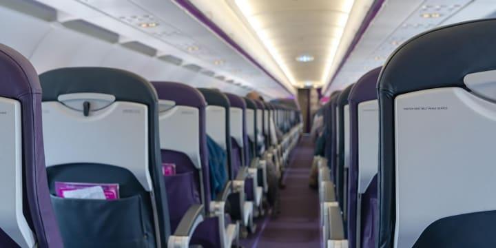 飛行機内でのマスク着用拒否、大声で騒いで緊急着陸 男性の行為、法的問題は?
