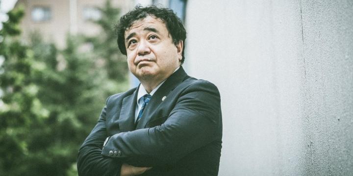 17回目のチャレンジで司法試験に合格、なぜ指宿昭一弁護士は「火中の栗」を拾い続けるのか?