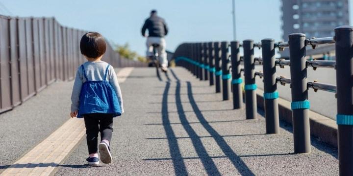 迷子で泣く女児、助けるのはリスク? 虐待問題との共通点「面倒ごと避ける大人増えた」