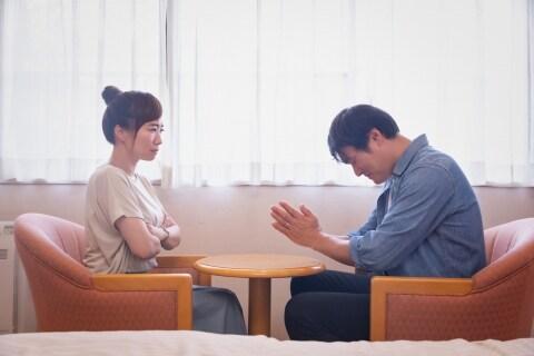 不倫がバレ、妻に離婚を告げられた夫「慰謝料200万円なんてムリ!」減額は認められる?