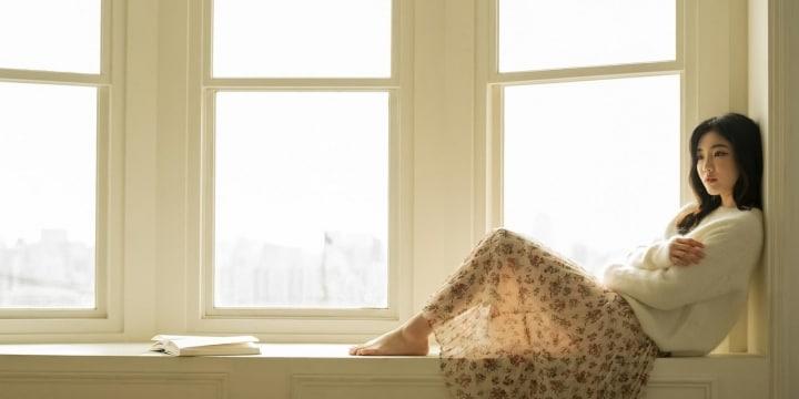 カーテンない家を「全裸」でうろつく女性、外から見えてしまっても「のぞき」になる?