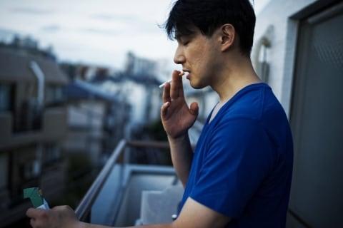 在宅勤務で増えるベランダ喫煙に「ほんまやめて」と怒りの声…法的には?