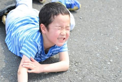 顔にビンタ、膝蹴り10回で「人生を狂わされた」子どものいじめ、慰謝料はいくら?