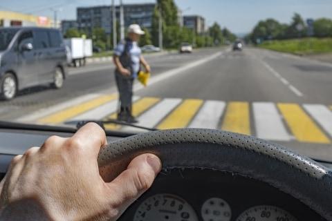 停車したのに「歩行者妨害」で取り締まり、ドライバーが「納得いきません」 対処法は?