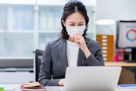 職場でクラスター発生、コロナ感染で休職したら減給査定された…そんなのアリ?