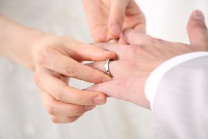 外しても「既婚者」とわかる「浮気できないリング」――結婚指輪ははめる義務がある?