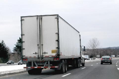 街を走る「おっぱいトラック」が交通事故を誘発⁉︎ 日本で走らせるのはNG?
