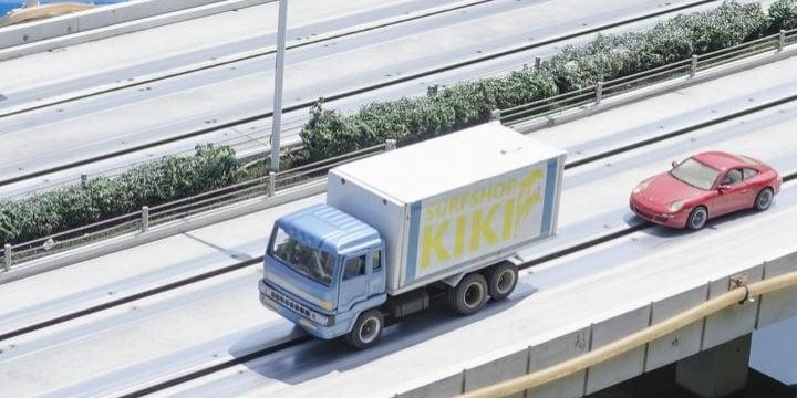 「高速道路の歩行者」はねたトラック運転手「逮捕」こんな状況でも車のほうが悪いの?