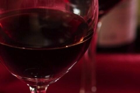 カップルのケンカでぶちまけられたワインが自分の服に・・・バーに弁償の責任はある?
