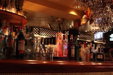 値段表示のないバーの「飲み代」 予想より高くても「請求どおり」払わないとダメ?