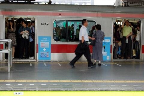 電車の揺れで「自然に」女性の体に触れるのを狙うーー「新型痴漢」は犯罪でないのか?