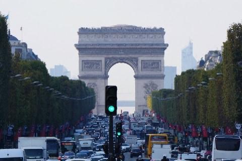 <パリ同時テロ>非常事態宣言のフランスに「出張」を命じられたら、会社員は断れる?