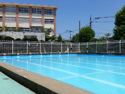 「プールの水」流失で小学校教諭が個人弁済――弁護士「ブラック企業と変わらない」