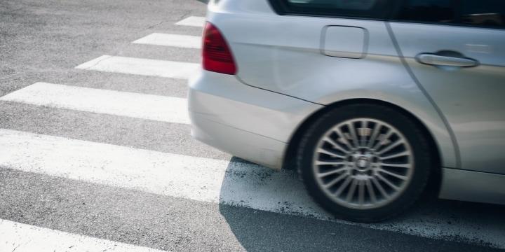 横断歩道を渡るベビーカーのママに「クラクション」、一時停止しない車の法的問題は?