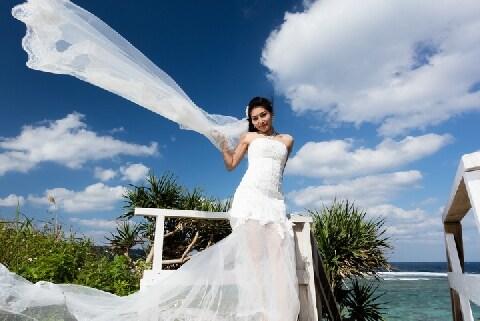 沖縄の観光名所で外国人観光客が結婚衣装の「ゲリラ撮影」…法的に問題ある?