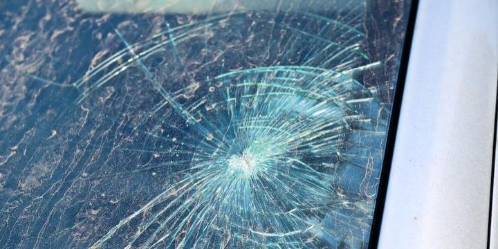 追い越し車の「飛び石」でマイカーのフロントガラスが割れた…修理代を請求できる?