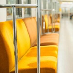 席残る 他人(ひと)のおもらし 尻寒し・・・電車内の悲劇、法的責任は?