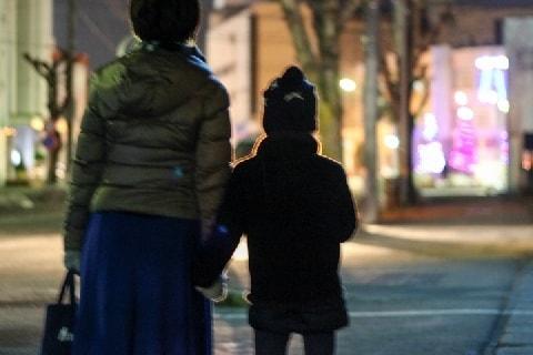 8歳の娘と「除夜の鐘」を聞きに行きたい! 子どもの深夜外出、法的に問題ない?