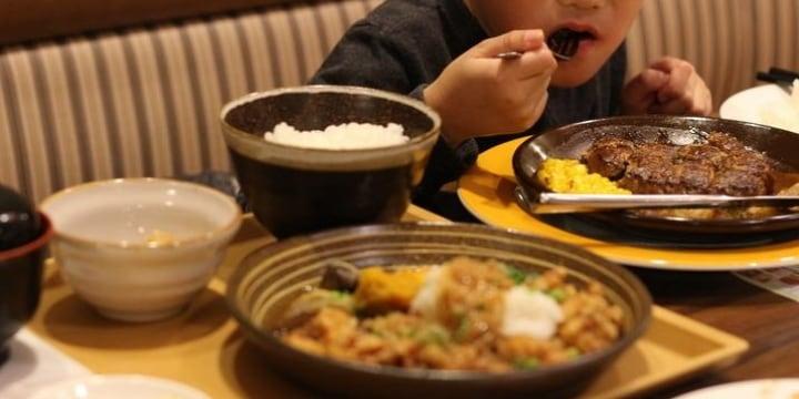 子連れ夫婦、2人分の料理を注文して「小学生の子ども」とシェア…そんなのアリ?
