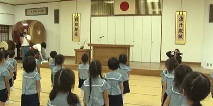 「安倍首相がんばれ!」森友学園の幼稚園児が連呼、「教育基本法14条」違反では?
