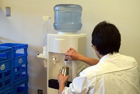 フードコートで食事せず、冷水機で「水筒を満タン」にして帰る客…法的な問題は?