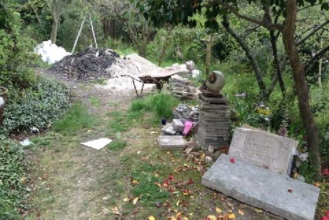 ペット霊園が突然閉鎖、遺骨が散乱して「我が子」が行方不明に…業者の法的問題は?