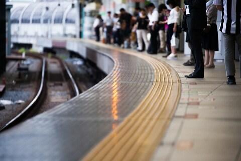 線路への立ち入り「逃走」相次ぐ…「痴漢」を疑われた場合、どう行動すべきか?