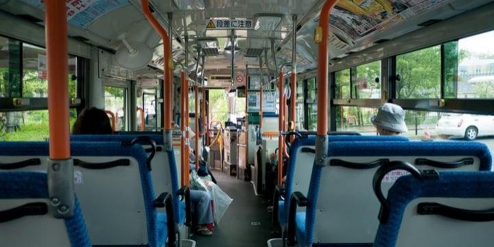 バスの急ブレーキで転倒、骨にヒビが入った! バス会社に損害賠償請求できる?