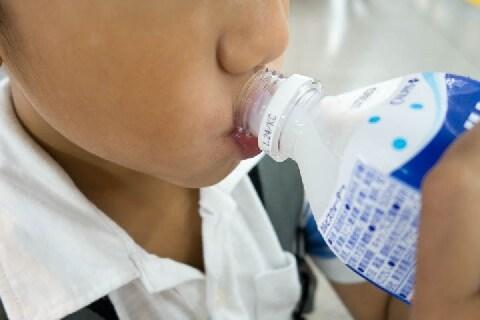 猛暑日、小学生がスーパーでカルピスを「会計前」にガブ飲み! 後で払えば問題ない?