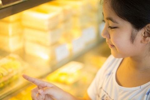 子どもが商品の「パン」をベタベタ触る、床に落とす…親に「弁償義務」はあるの?